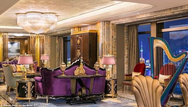 Phòng hạng Suite rộng khoảng 290m2 nằm trên tầng 20 bao gồm phòng khách, phòng ăn, bếp, quầy bar, phòng họp, và một phòng tắm hơi với bồn massage cỡ lớn.