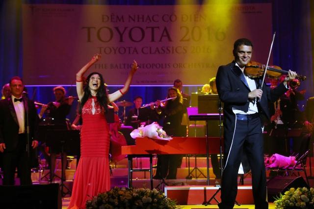Pamela và Vasko Vassilev – nghệ sĩ violon kiêm nhạc trưởng chào khán giả sau khi trình diễn tác phẩm Cùng nâng ly và ca hát.