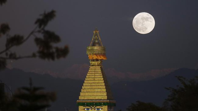 Mặt trăng mọc phía trên tháp Boudha ở Kathmandu, Nepal (Narendra Shrestha/EPA)