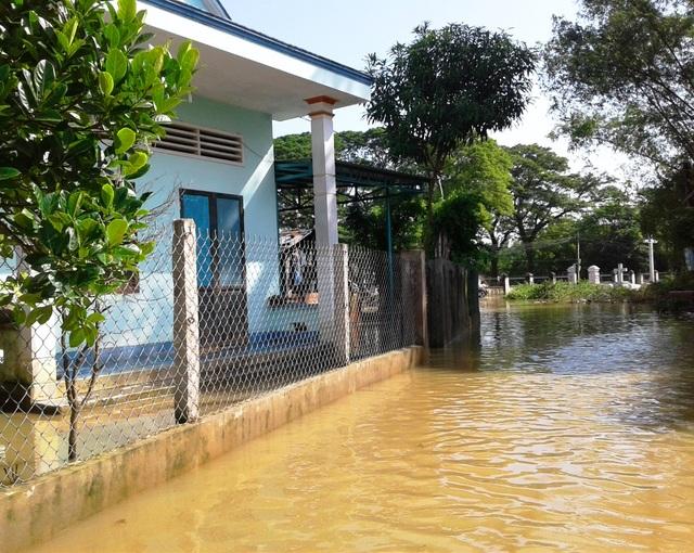 Nhiều nhà dân ở xã Nhơn Hòa, huyện Tuy Phước vẫn còn ngập (ảnh chụp sáng 3/12)