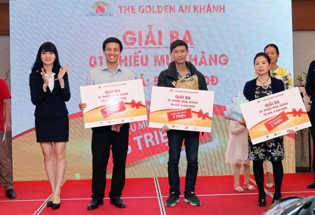 Anh Nguyễn Duy – Anh Nguyễn Nhật Anh – Chị Phạm Hồng Châu trúng giải ba của chương trình là phiếu mua hàng trị giá 5 triệu đồng.