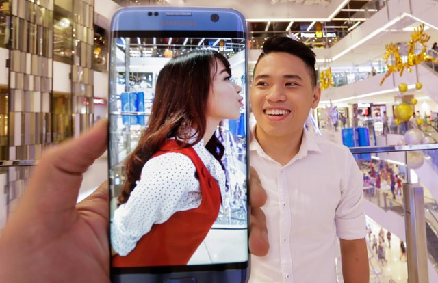 """Mỹ Ngọc cho biết: """"Tái hiện lại trào lưu ảnh trong ảnh với Galaxy S7 edge thật sự rất ấn tượng. Với màn hình cong tràn hai cạnh như thế này, cảm giác như mọi ranh giới của bọn mình đều bị xóa nhòa """"."""