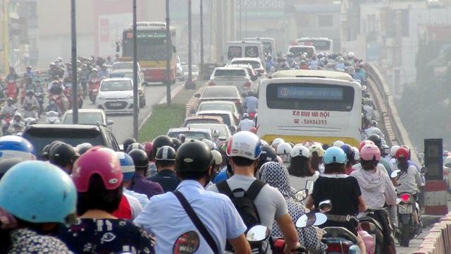 Dòng người ùn ùn trên đường Nguyễn Trãi hướng vào nội thành