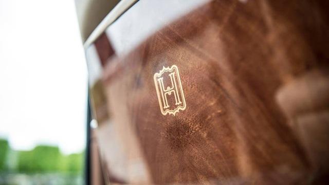 Gia huy chữ H được cẩn tay tinh xảo trên nội thất gỗ siêu cao cấp của chiếc Rolls-Royce, thể hiện văn hoá Bespoke của chiếc xe siêu sang.