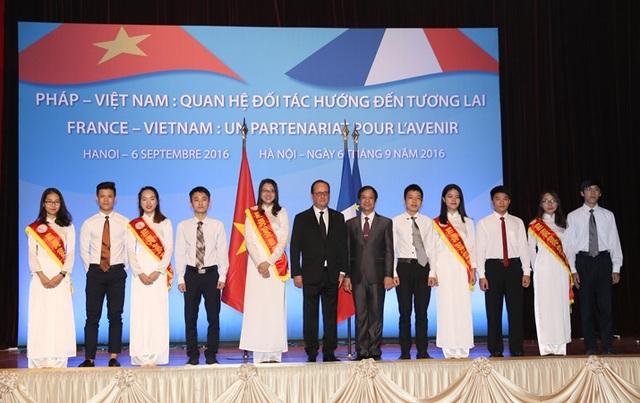 Tổng thống Pháp Francois Hollande chụp ảnh với sinh viên ĐH QGHN