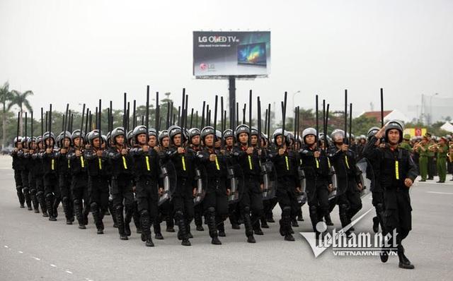 Khối sỹ quan thuộc Tiểu đoàn CSCĐ số 4 được trang bị gậy 1,2m