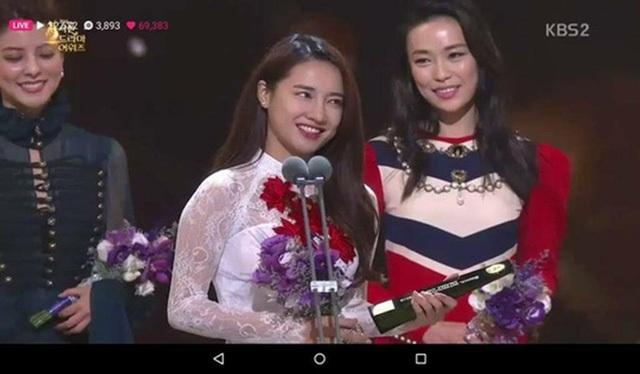 Nhã Phương tự tin phát biểu cảm tưởng và gửi lời cảm ơn bằng tiếng Anh. Nữ diễn viên trẻ có giây phút nghẹn ngào xúc động không tin được mình giành được giải thưởng bất ngờ tại Seoul International Drama Awards 2016