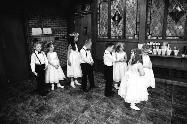 """Những phù dâu """"đặc biệt"""" đang chuẩn bị đưa cô giáo của mình tiến vào lễ đường."""