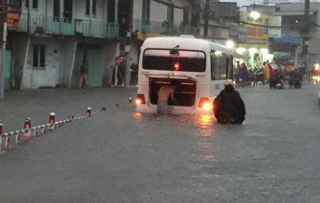 Ô tô, taxi, xe khách... cũng chung số phận bị hư do ngập nước.