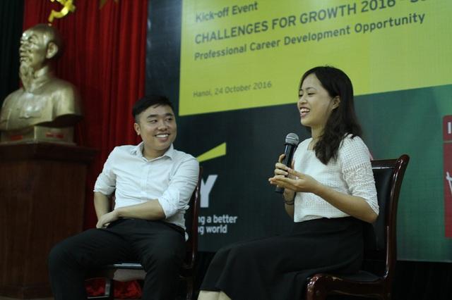 Bạn Đinh Phạm Quỳnh Mai và bạn Phạm Xuân Bách, hai quán quân Challenges for Growth mùa thứ nhất, mùa thứ hai trả lời câu hỏi từ các bạn sinh viên.