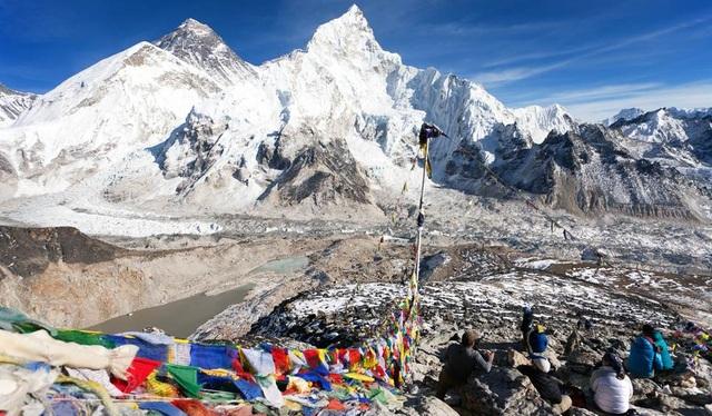 5. Nepal. Trận động đất xảy ra vào tháng 4/2015 đã khiến gần 2000 người thiệt mạng và phá hủy nhiều công trình văn hóa ở Nepal. Ngành du lịch của nước này cũng bị ảnh hưởng nghiêm trọng. Nhưng điều đó không khiến Nepal rơi vào tuyệt vọng, đất nước này đang từng ngày vực dậy sau thiên tai và đã có những kế hoạch tái thiết đất nước. Theo lời khuyên của Lonely Planet, đến Nepal vào năm 2017, không phải để chiêm ngưỡng cảnh quan thiên nhiên hay khám phá văn hóa, mà là một cách để du khách toàn thế giới chung tay góp sức vực dậy nền kinh tế và du lịch của nước này.