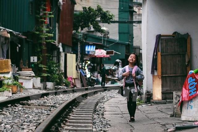 Đường tàu là đường em đi học mỗi ngày (Ảnh: Thanh Dung/Vietnam+)