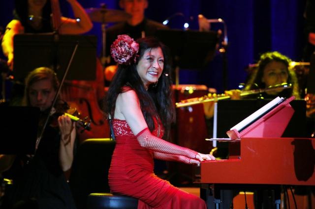 Pamela hoá trang thành nàng Carmen huyền thoại và biểu diễn
