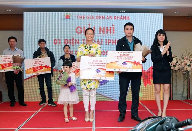 Chị Hoàng Thị Thủy – Anh Hoàng Việt trúng giải nhì của chương trình là chiếc iPhone 7 trị giá 16 triệu đồng