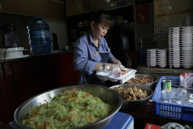 """Nhân viên phục vụ ăn uống trên tàu cũng than thở: """" Mặc dù đã cố gắng thay đổi cách chế biến, đổi gạo ngon, do hành khách đa phần đi những đoạn đường ngắn nên họ cũng ít ăn ở trên tàu, có khi thê thảm đến mức một buổi trưa, cả đoàn tàu cũng chỉ bán được 15 suất cơm""""."""