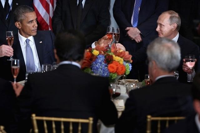 Tổng thống Obama và Tổng thống Putin trò chuyện trong bữa trưa do Tổng thư ký LHQ Ban Ki-moon tổ chức nhân cuộc họp Đại Hội Đồng LHQ lần thứ 70 ở New York ngày 28-9-2015. Ảnh: Getty