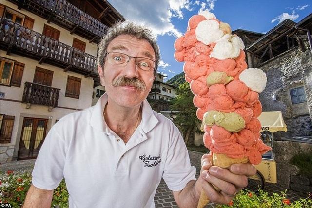 Ông Dimitri Panciera (54 tuổi) ở Italy đã xếp chồng 121 muỗng kem để tạo thành một chiếc kem ốc quế đặc biệt.