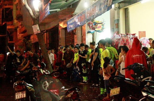 Hàng nghìn người đổ ra đường xem múa lân, đường phố kẹt cứng - 19