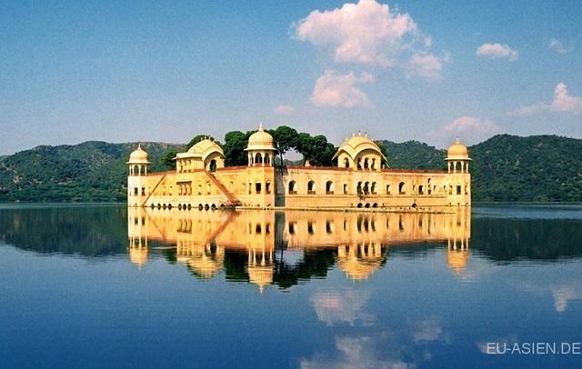 Cung điện lộng lẫy ngập trong hồ nước quanh năm - 6