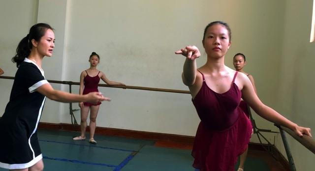 Giảng viên - Nghệ sĩ múa Phạm Hồng Nga luôn là người truyền lửa cho sinh viên. Cô nắn nót từng kỹ thuật, động tác cho các em với niềm say mê, tâm huyết.