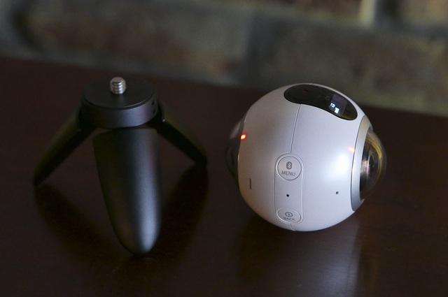 Chân đế tripod của Gear 360 nhỏ nhưng rất chắc chắn và cầm nắm rất thoải mái.