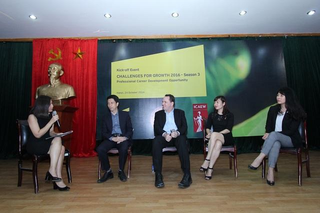 Đại diện ICAEW, EY Việt Nam trả lời câu hỏi từ các bạn sinh viên.