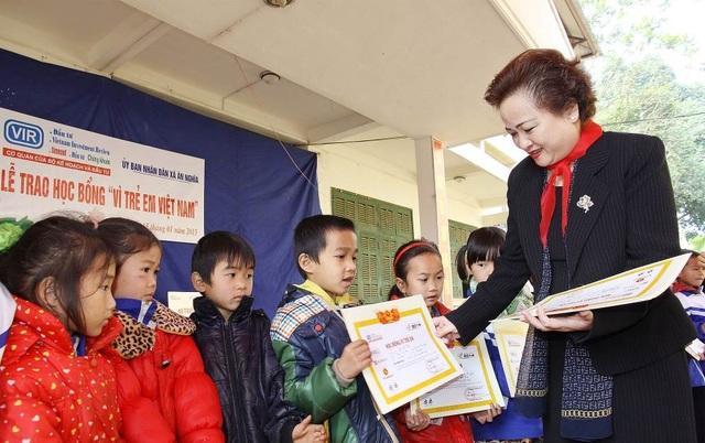 """Madame Nguyễn Thị Nga trao học bổng trong chương trình từ thiện """"Vì trẻ em Việt Nam"""" do báo Đầu tư tổ chức tại tỉnh Hòa Bình tháng 1 năm 2015"""