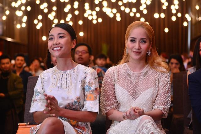 Đoan Trang, Khánh Thi chăm chú theo dõi màn chào sân của Top 20 Thử Thách Cùng Bước Nhảy