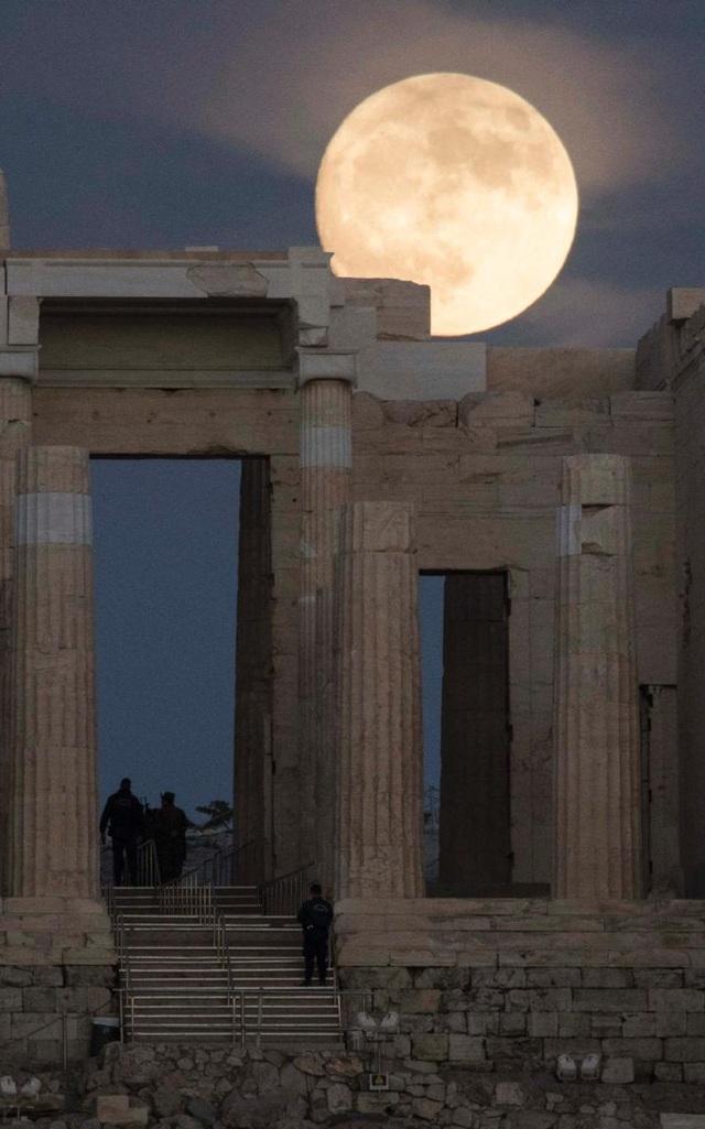 Trăng mọc phía trên thành cổ Acropolis ở Hy Lạp (Andrea Bonetti)