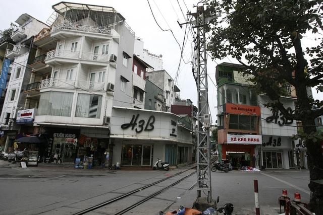 Cột điện trên phố Nguyễn Thái Học nơi có đường sắt chạy qua.