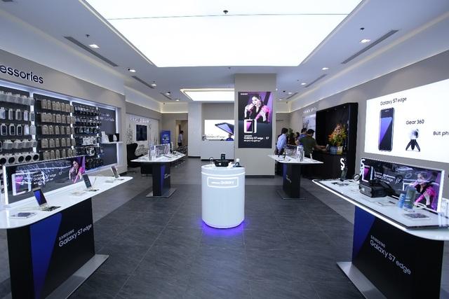 """Với quy mô trải nghiệm lớn và hiện đại nhất Việt Nam, khách tham quan tha hồ trải nghiệm những sản phẩm đẳng cấp nằm trong hệ sinh thái của Samsung như bộ đôi siêu phẩm Galaxy S7/S7 edge, kính thực tế ảo GearVR, Gear360,… đang """"làm mưa, làm gió"""" trên thị trường di động hiện nay."""