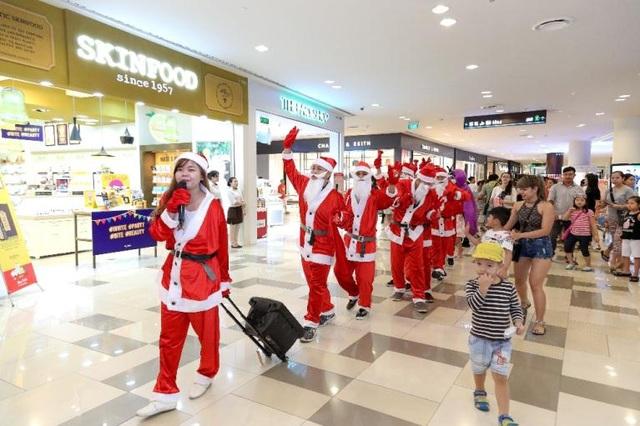 Hào hứng khi đi diễu hành cùng đoàn ông già Noel.