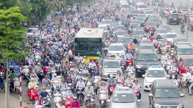 Đường Tây Sơn (gần cổng trường Đại học Thủy Lợi) đông đặc phương tiện