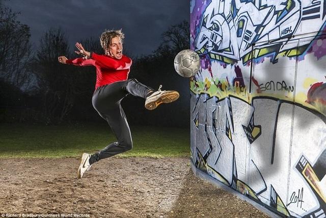 Nghệ sỹ bóng đá đường phố John Farnworth có thể liên tục tung ra các cú sút volley trong 30 giây.