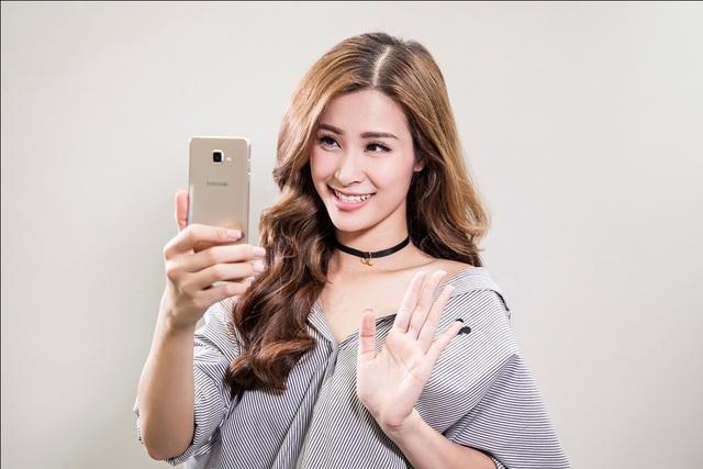 Dòng Samsung Galaxy A (2016) với những tính năng vượt trội trong tầm giá, camera độ phân giải 13MP, ống kính khẩu độ lớn f/1.9 sẽ là một gợi ý tốt cho những người thích chụp ảnh.