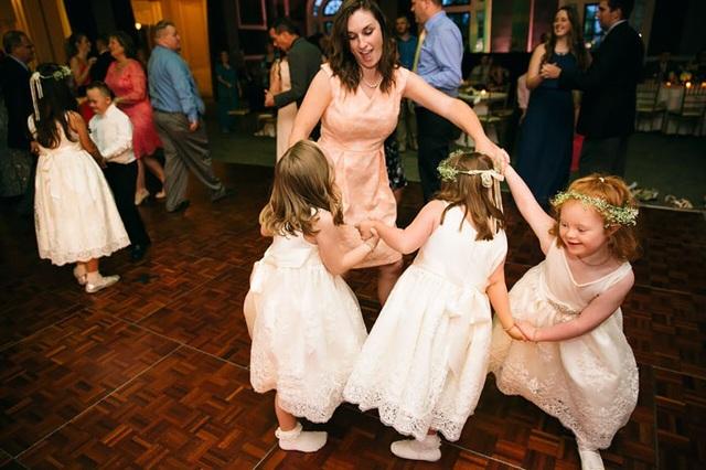 Lũ trẻ cũng nhanh chóng hòa nhập vào bữa tiệc trong đám cưới với những điệu nhảy.