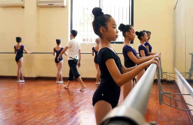 Với các lớp múa năm thứ nhất (12 tuổi), quá trình khổ luyện cũng bắt đầu khắc nghiệt không kém khi các em phải luyện độ dẻo dai của cơ thể, độ mở của chân.