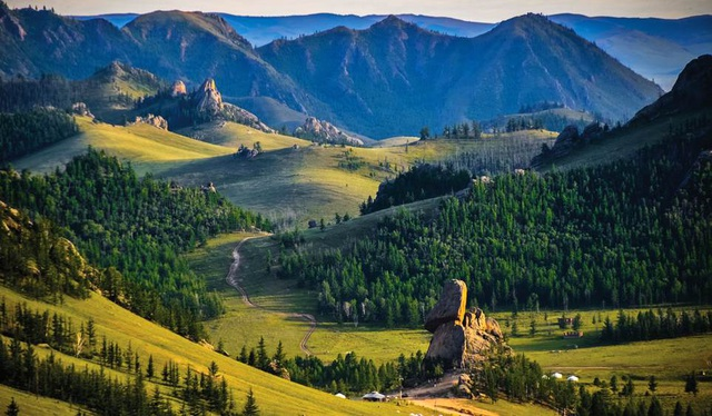 7. Mông Cổ. Mông Cổ là quốc gia nằm hoàn toàn trong đất liền, diện tích rộng lớn khiến thiên nhiên và khí hậu của quốc gia này rất đa dạng. Từ tiết trời giá rét ở phía Tây Bắc, nơi những con tuần lộc hoang dã tự do chạy nhảy trong các khu rừng thông rụng lá đến khí hậu khô cằn của sa mạc Gobi ở mạn phía Đông. Thời điểm tốt nhất để đến thăm Mông Cổ là từ tháng 5 đến tháng 10. Năm 2017, chất lượng phục vụ du lịch ở Mông Cổ sẽ được nâng cao khi một loạt các công trình hiện đại sẽ được hoàn thành và đưa vào sử dụng.