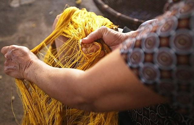 Trong quá trình ươm tơ, người thợ đun kén trong nước sôi 100 độ C cho keo tơ tan ra để dễ dàng rút thành từng sợi. Công đoạn se tơ, có nhiều cách xử lý cho ra các sợi tơ với tên gọi khác nhau là sợi mốt, sợi đũi, sợi mành. Kén tằm mua về sẽ được chọn, phân loại 1 và loại 2 sau đó làm tơi kén để ươm nếu không sợi sẽ bị đứt.