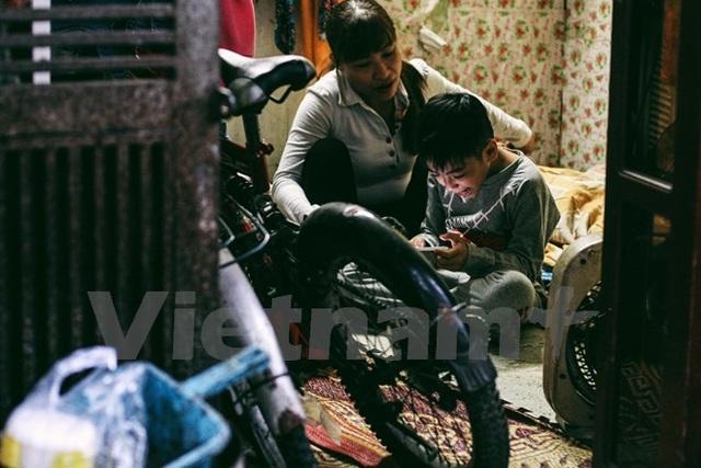 Không gian chật chội trong căn nhà của hai mẹ con ven đường tàu. (Ảnh: Thanh Dung/Vietnam+).