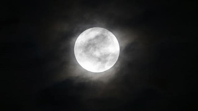 Siêu trăng trên bầu trời Chicago, Mỹ (Jose M. Osorio)