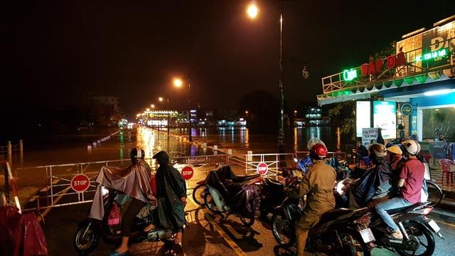 Nhiều người dân về nhà từ trung tâm TP Huế qua phường Vỹ Dạ không được do nước tràn Đập Đá nên phải quay lại đi đường khác