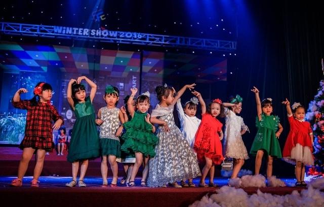 Các người mẫu nhí của lớp Múa trình diễn bộ sưu tập thời trang mùa Noel. Bộ môn Múa có số lượng học viên tham gia chương trình hùng hậu nhất - hơn 100 bé, chủ yếu vẫn còn trong độ tuổi mầm non.