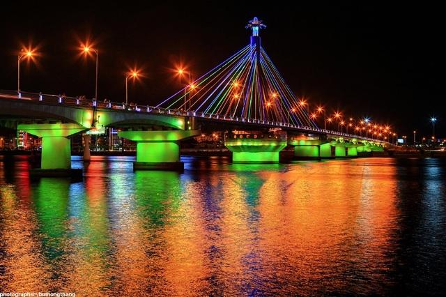 Vẻ đẹp cầu Sông Hàn về đêm.