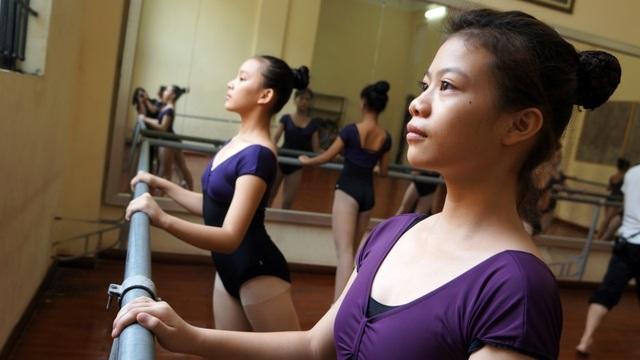 Từ năm thứ nhất, các em được học các động tác để thấy rằng, ballet là ngôn ngữ của hình thể. Sự tập trung cao độ về thần thái sẽ giúp học viên có những động tác mềm mại bay bổng.