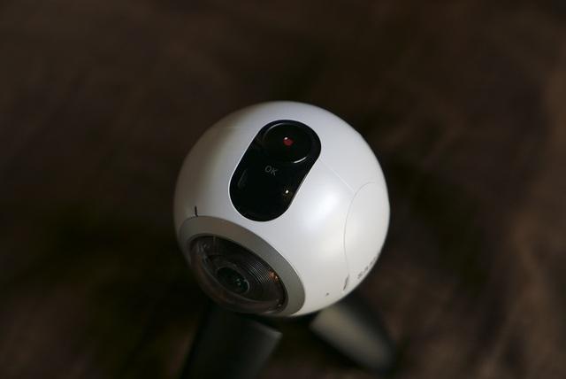 Trên đỉnh của chiếc máy ảnh 360 độ này là nút đa năng chụp/quay/OK và chuyển chế độ
