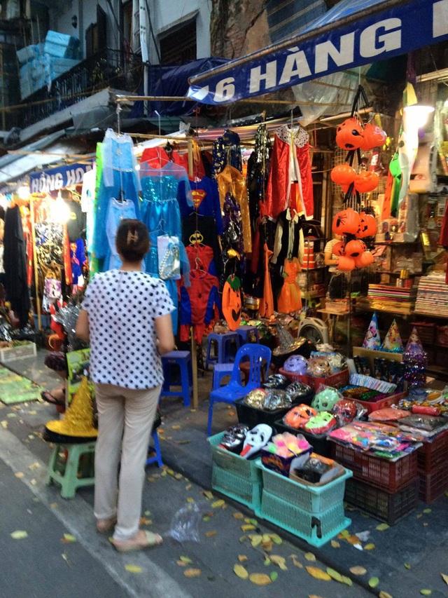 Quần áo người dơi, người nhện hay váy nữ hoàng băng giá là mặt hàng bán chạy nhất có giá từ 120.000 đồng trở lên