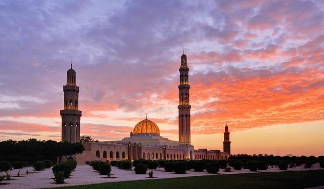 8. Oman. Oman là một quốc gia ở Trung Đông. Tuy không có một cuộc sống hào nhoáng xa hoa như Ả rập Xê út, nhưng Oman vẫn thu hút du khách bởi khung cảnh bình yên, khí hậu dễ chịu và những làng chài nhỏ xinh xắn.