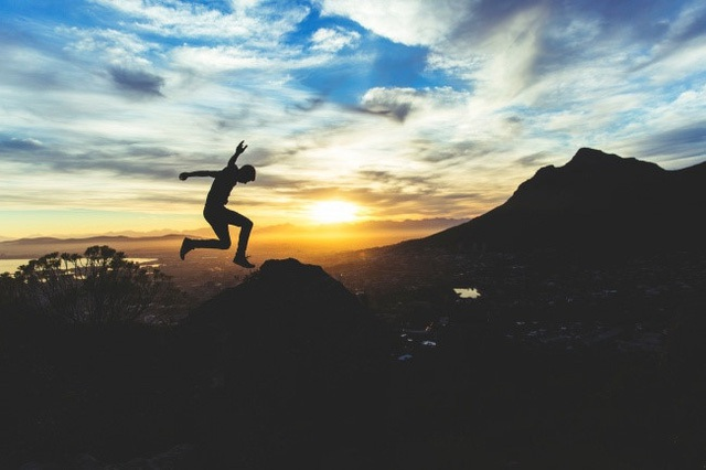 Làm một vài điều bất ngờ: Thỉnh thoảng, bạn nên khiến bản thân mình ngạc nhiên một chút với một ngày không có kế hoạch nào được đặt ra trước mà hãy làm một điều gì đó theo cảm hứng hoặc theo tâm trạng. Điều này sẽ giúp bạn cảm nhận cuộc sống một cách mới mẻ và bất ngờ hơn.