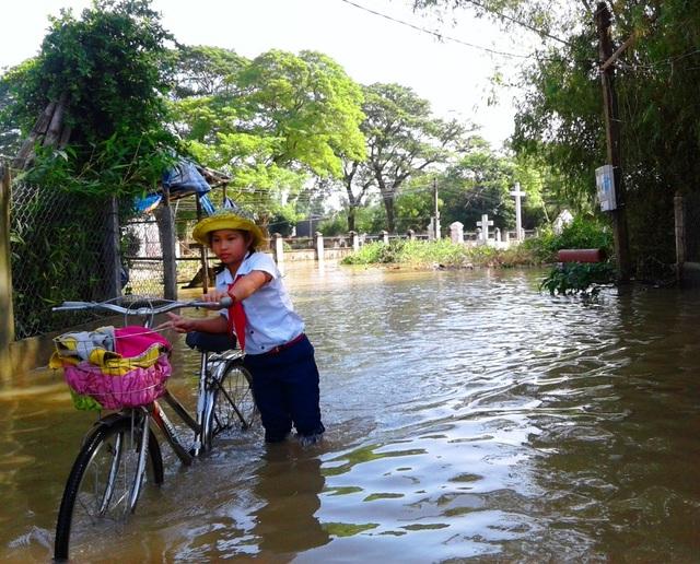 Nhiều học sinh trên địa bàn huyện Tuy Phước vẫn được nghỉ học do lũ chưa rút hết